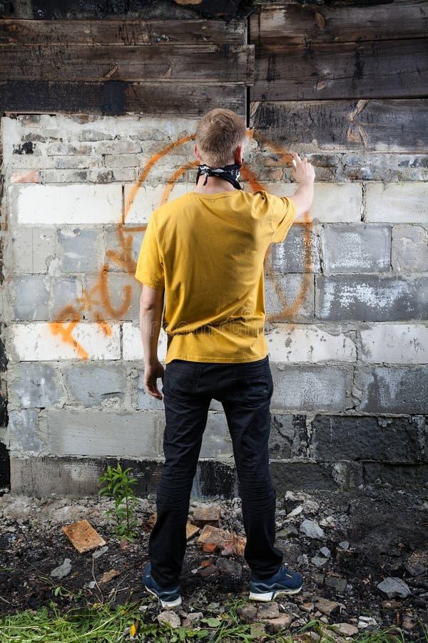 Mannelijke hooligan het schilderen graffiti stock foto
