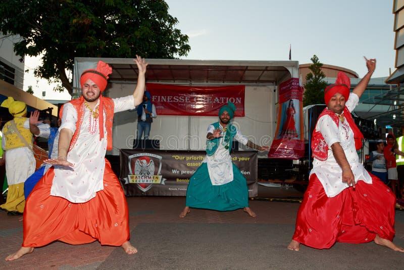 Mannelijke Indische dansers in traditioneel kostuum royalty-vrije stock foto's