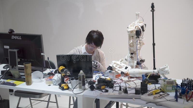 Mannelijke ingenieur die aan roboticaproject werken royalty-vrije stock afbeeldingen