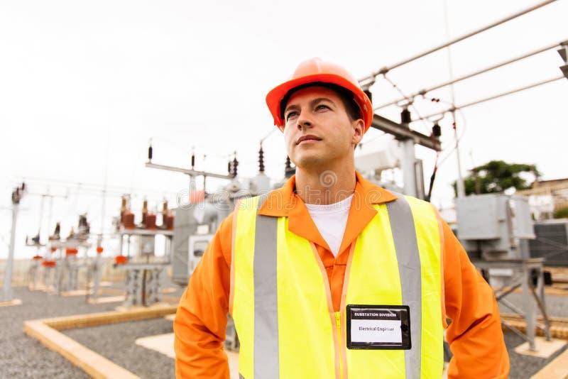 Mannelijke ingenieur die omhoog kijken royalty-vrije stock afbeeldingen