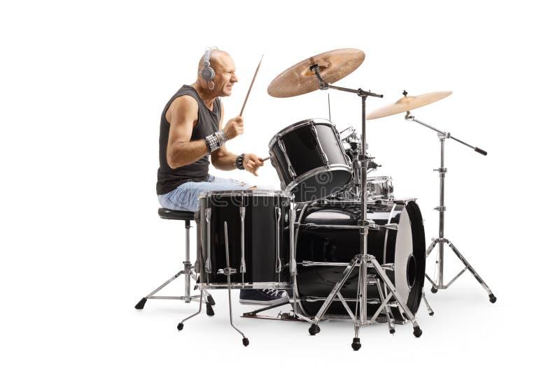 Mannelijke kale drummer met koptelefoons die trommels afspelen royalty-vrije stock foto