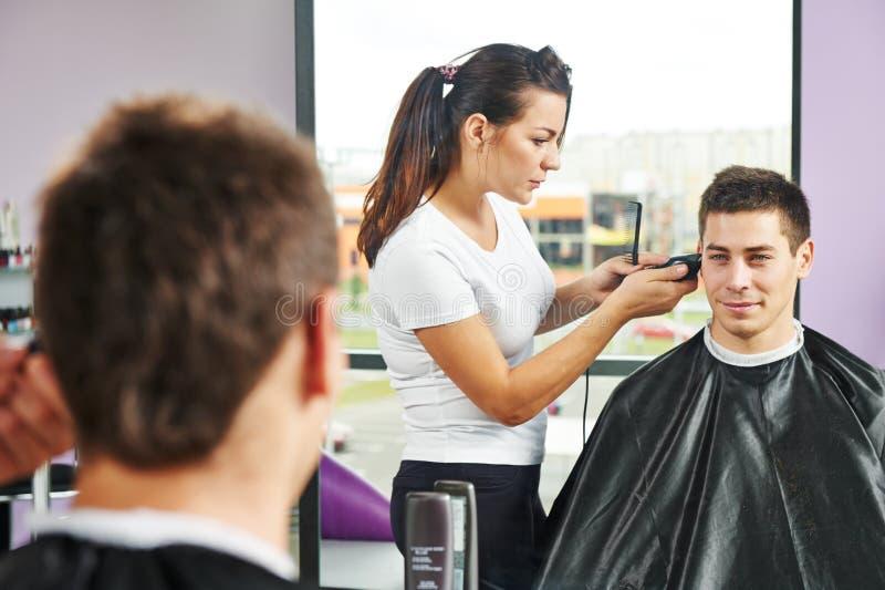 Mannelijke kapper op het werk stock afbeeldingen