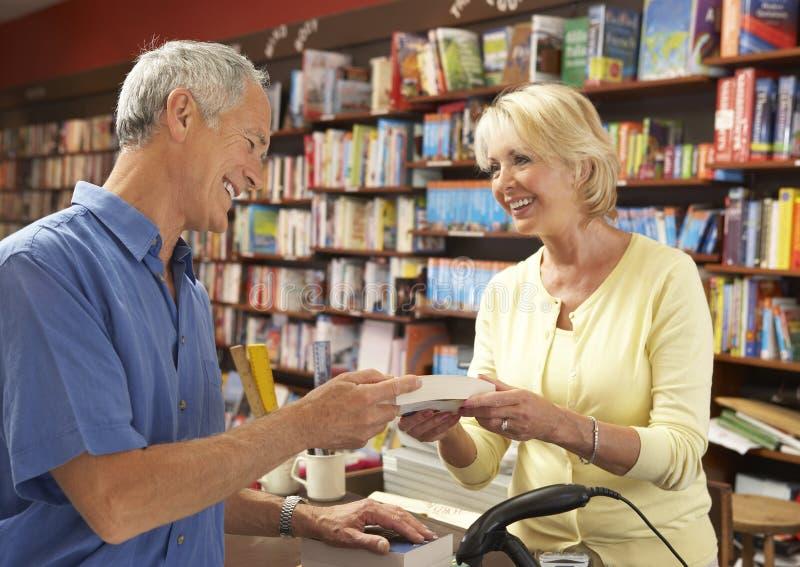 Mannelijke klant in boekhandel royalty-vrije stock afbeeldingen