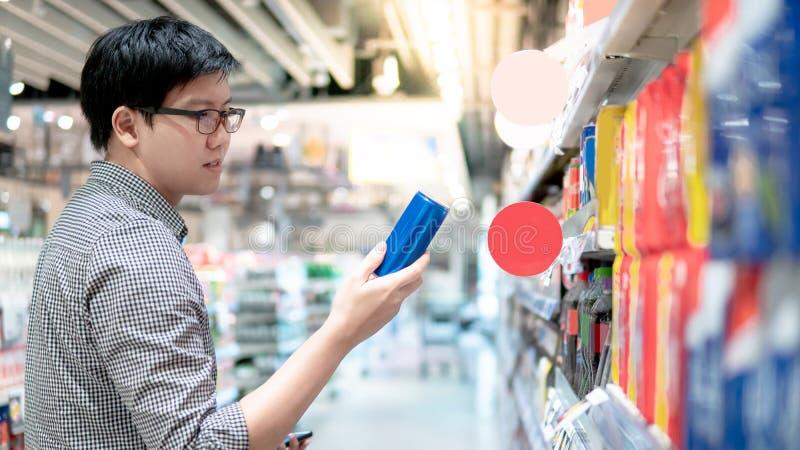 Mannelijke klant die bruisende drank in supermarkt kiezen stock afbeelding