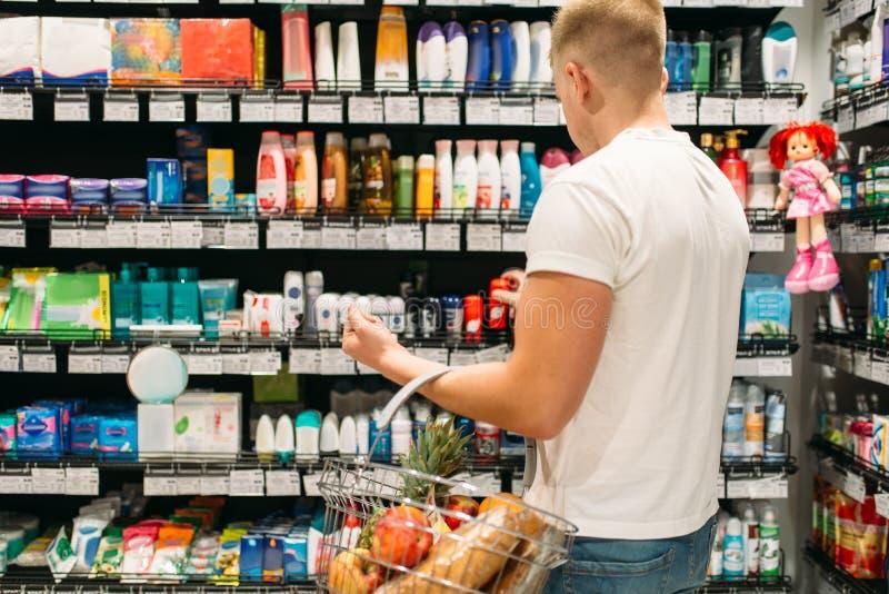 Mannelijke klant die persoonlijke hygiëneproducten kiezen stock foto's