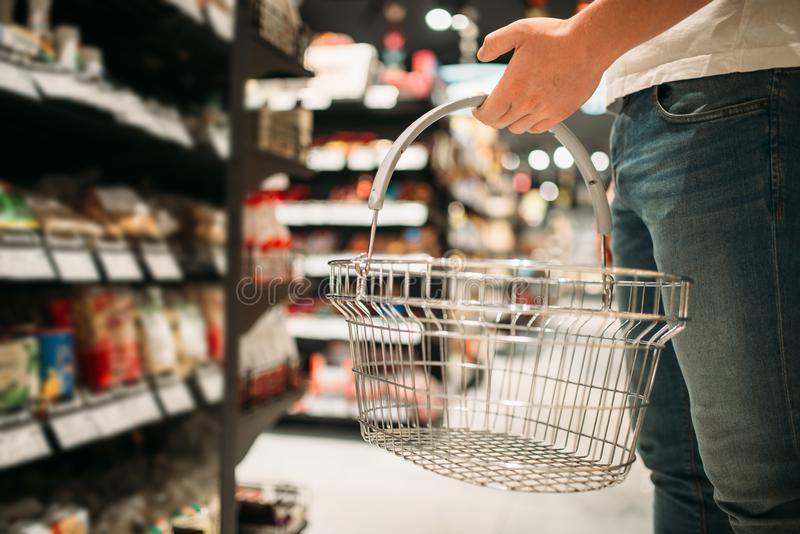 Mannelijke klant met lege mand in supermarkt royalty-vrije stock afbeeldingen