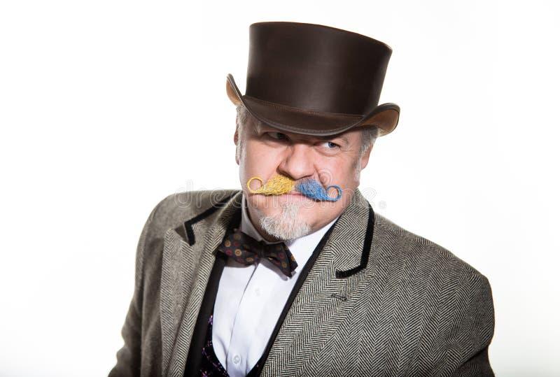 Mannelijke kunstenaar in ouderwetse kostuum en hoedencilinder stock fotografie