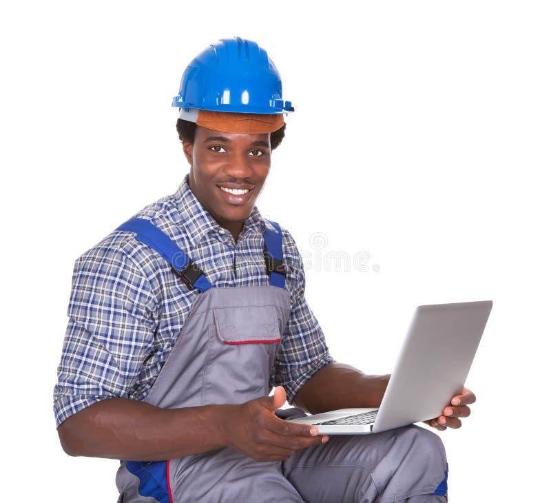Mannelijke laptop van de vakmanholding royalty-vrije stock afbeeldingen