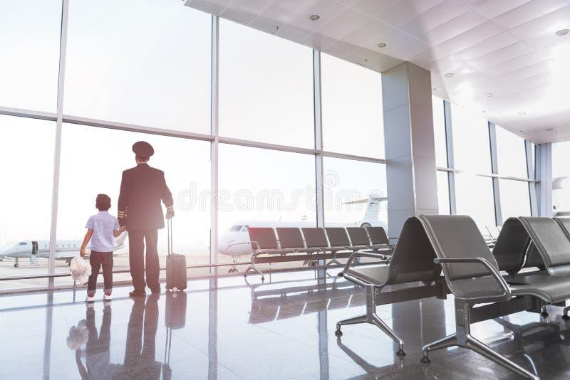 Mannelijke leden van familie in terminal stock afbeelding