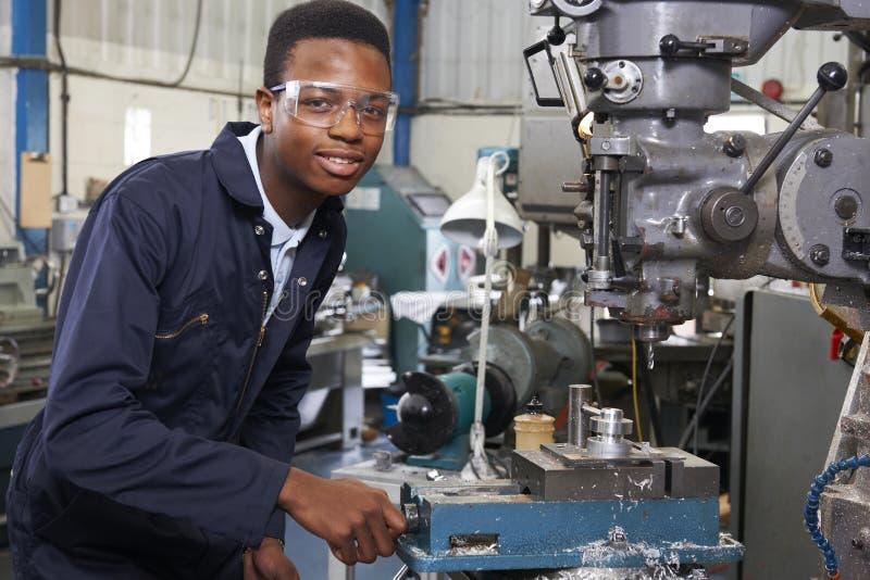 Mannelijke Leerlingsingenieur Working On Drill in Fabriek stock foto