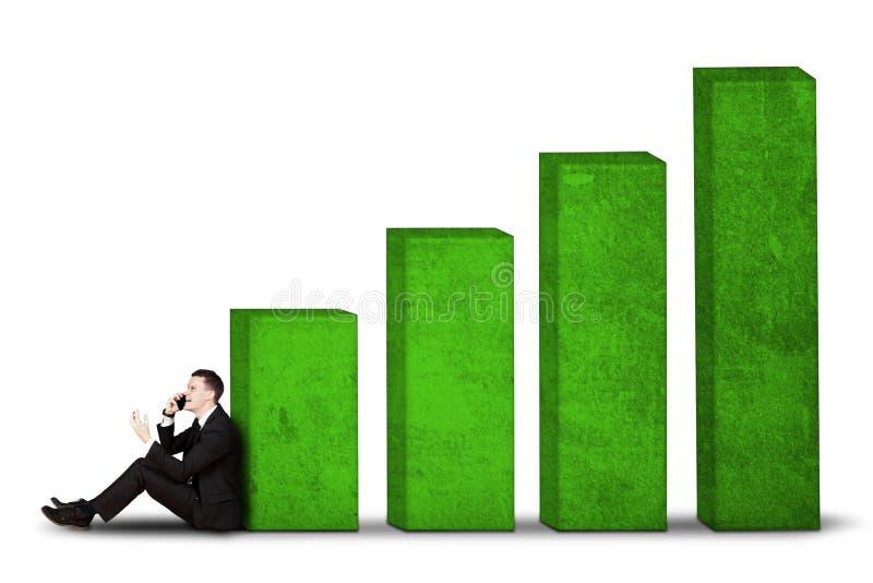 Mannelijke managerzitting met de groei bedrijfsgrafiek stock foto's