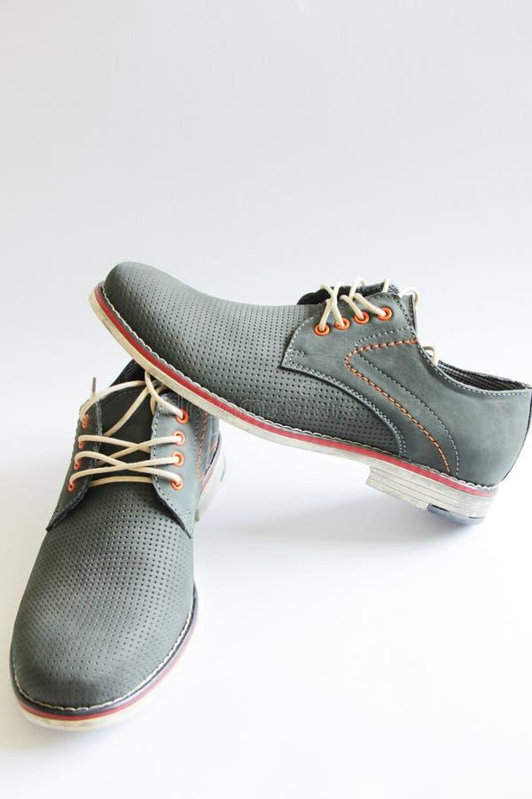 Mannelijke manier met grijze schoenen op wit royalty-vrije stock fotografie