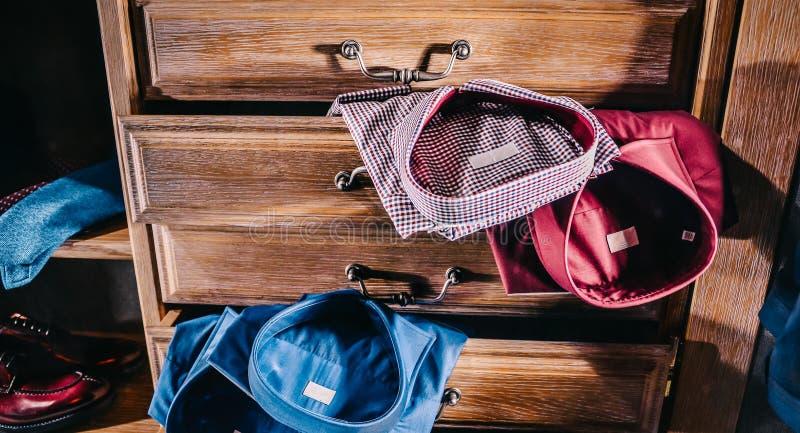 Mannelijke manier modieuze kleren in huisgarderobe stock foto's