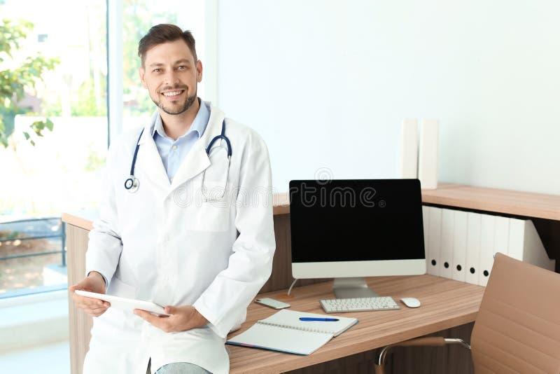 Mannelijke medische medewerker dichtbij werkplaats in kliniek royalty-vrije stock foto's