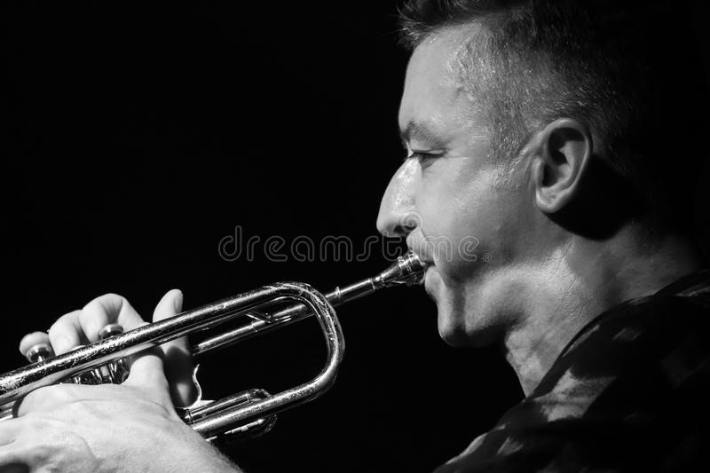 Mannelijke musicus die de trompet spelen royalty-vrije stock afbeelding