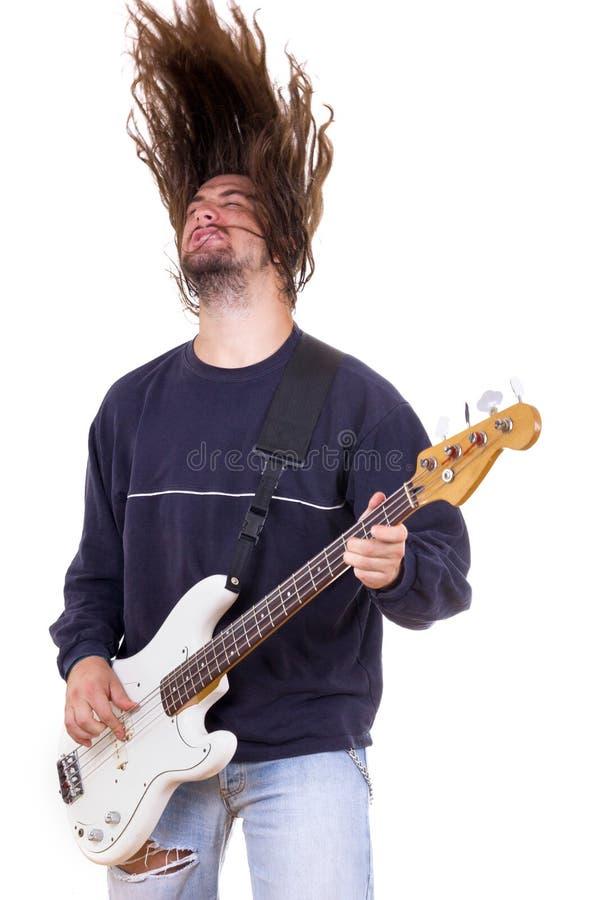 Mannelijke musicus het spelen basgitaar met omhoog haar stock fotografie