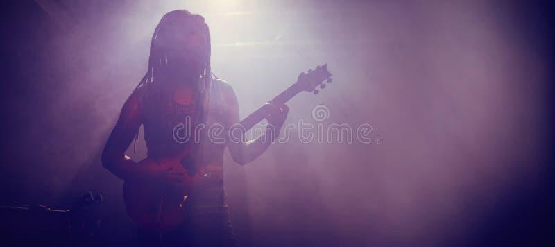 Mannelijke musicus het spelen gitaar bij nachtclub royalty-vrije stock foto