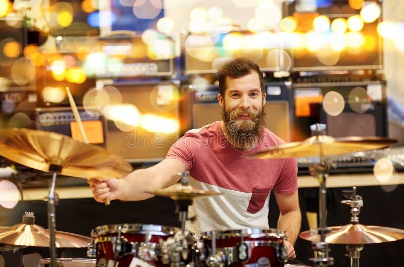 Mannelijke musicus het spelen klankbekkens bij muziekopslag royalty-vrije stock foto's
