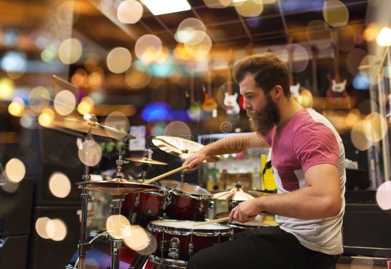 Mannelijke musicus het spelen klankbekkens bij muziekopslag stock afbeelding
