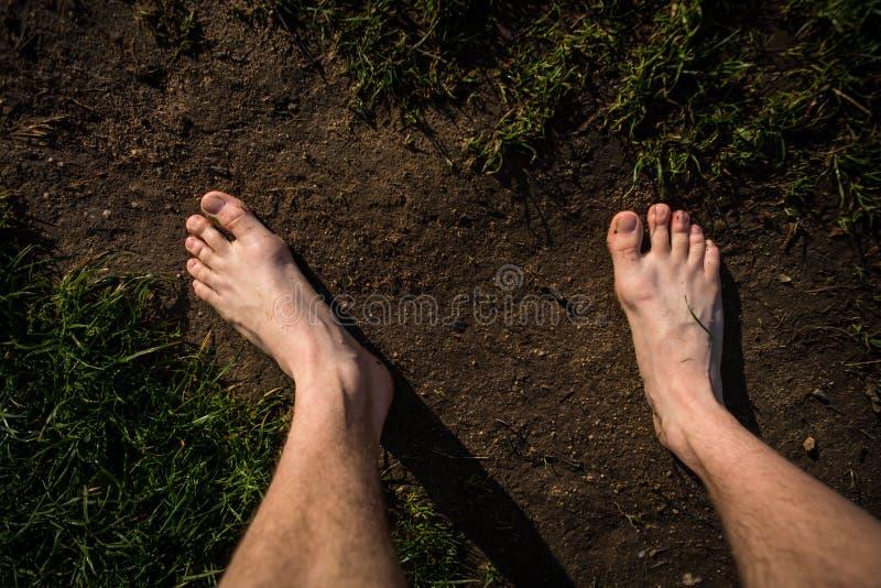 Mannelijke naakte voeten op de manier stock afbeeldingen