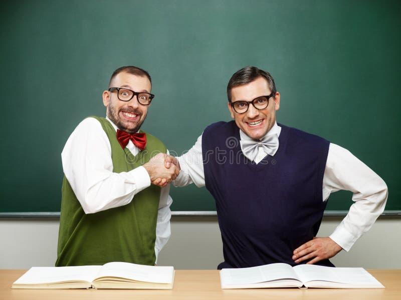 Mannelijke nerds die succes vieren royalty-vrije stock fotografie