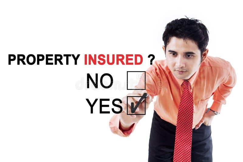 Mannelijke ondernemer met tekst van verzekerd bezit stock foto's