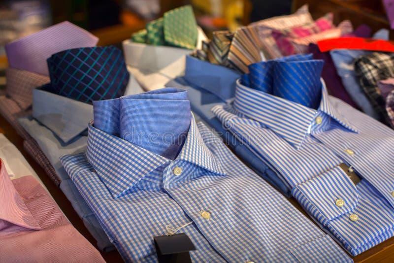 Mannelijke overhemden en stropdas stock afbeelding