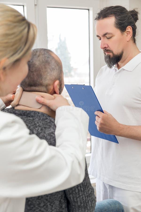 Mannelijke patiënt met een medische halssteun in de noodsituatieruimte royalty-vrije stock foto's