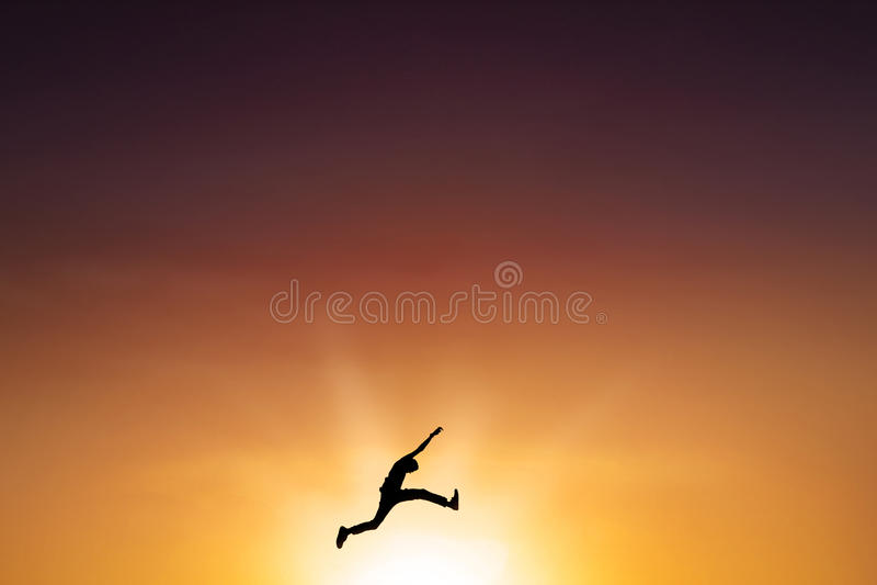 Mannelijke persoonssprongen op de lucht in schemertijd royalty-vrije stock foto's