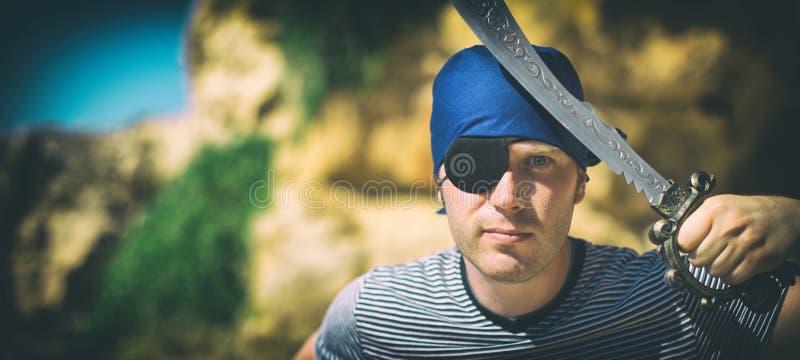 Mannelijke piraat met zwaard stock afbeelding