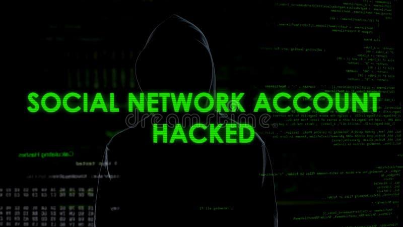 Mannelijke programmeur die sociale netwerkrekening van huisbureau binnendringen in een beveiligd computersysteem, privacyaanval royalty-vrije stock afbeeldingen