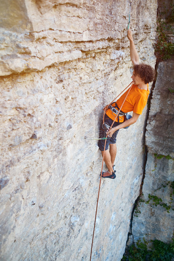 Mannelijke rotsklimmer op de klip stock foto