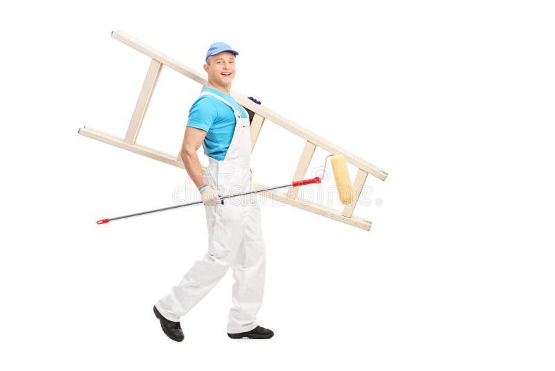 Mannelijke schilder die met verfrol en een ladder lopen royalty-vrije stock foto