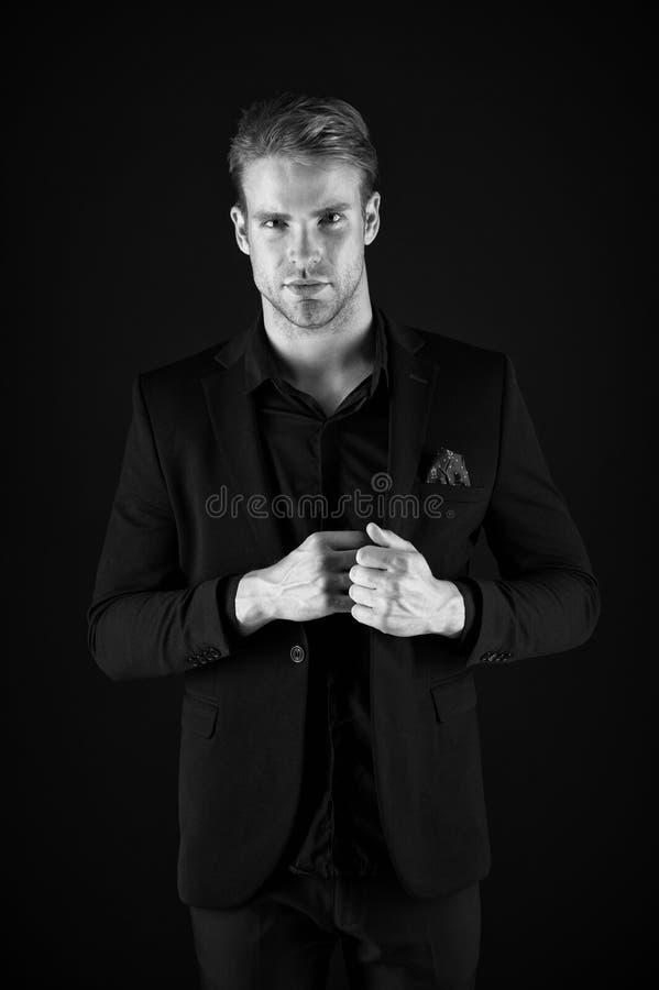 Mannelijke schoonheid en mannelijkheid Kerel aantrekkelijk zeker model Zeker in zijn stijl Mens in donkere kleren terloops royalty-vrije stock afbeeldingen