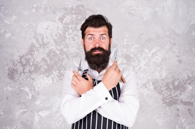 Mannelijke schoonheid Herenkappermeester Handhaaf modieuze vorm Uitstekende kapper Kapper in het materiaalblad van de schortkappe stock foto