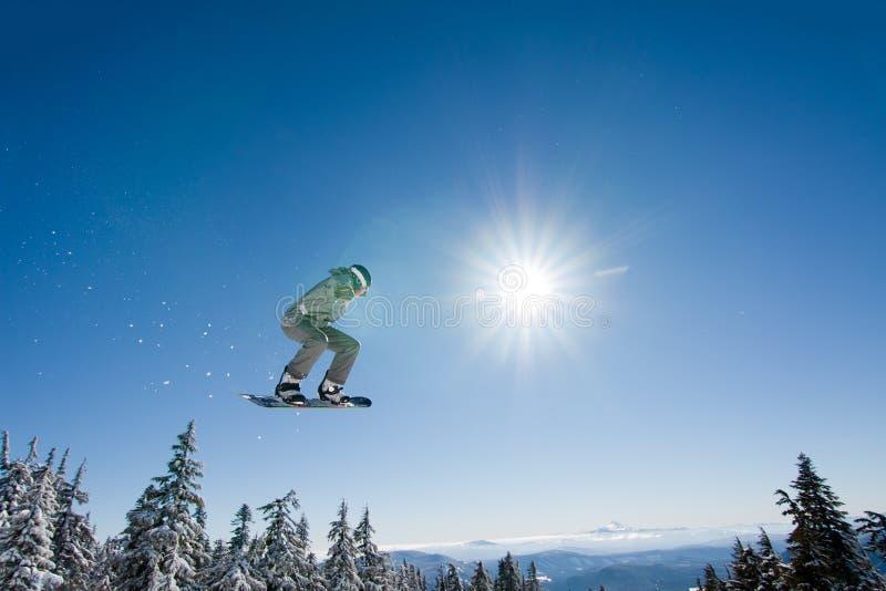 Mannelijke Snowboarder vangt Grote Lucht. stock foto's