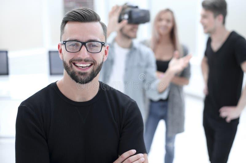 Mannelijke softwareprogrammeur die nieuwe app testen royalty-vrije stock fotografie