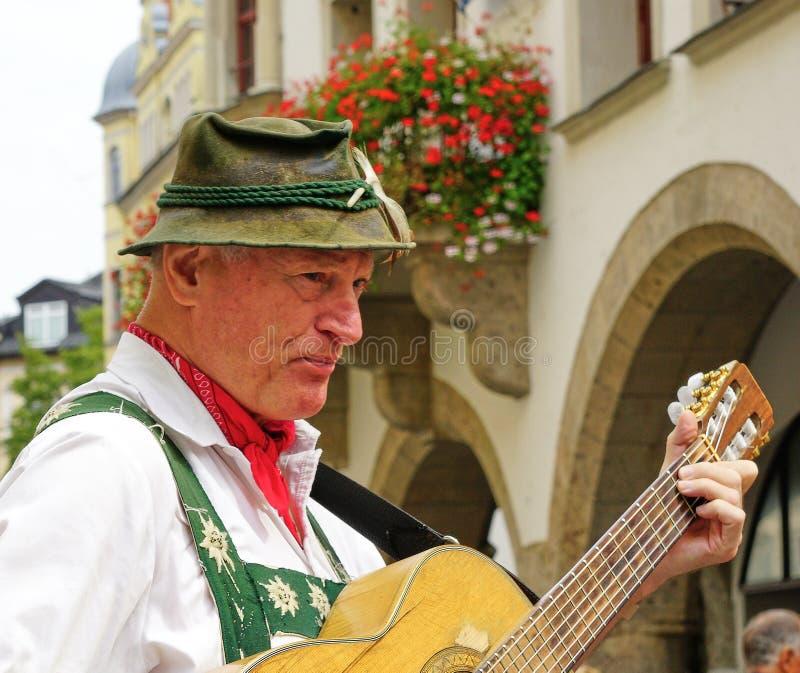 Mannelijke Straatuitvoerder in Traditionele Beierse Kleding royalty-vrije stock foto