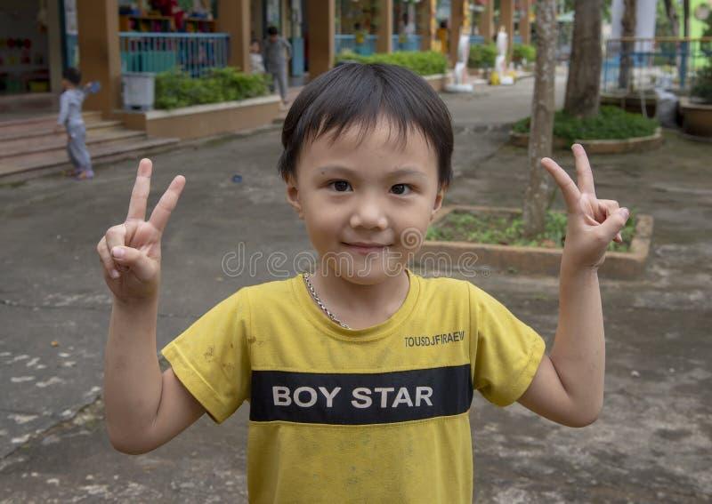 Mannelijke student, de Kleuterschool van Hoa Chau, de landbouwdorp van Phuong Nam, Vietnam stock foto