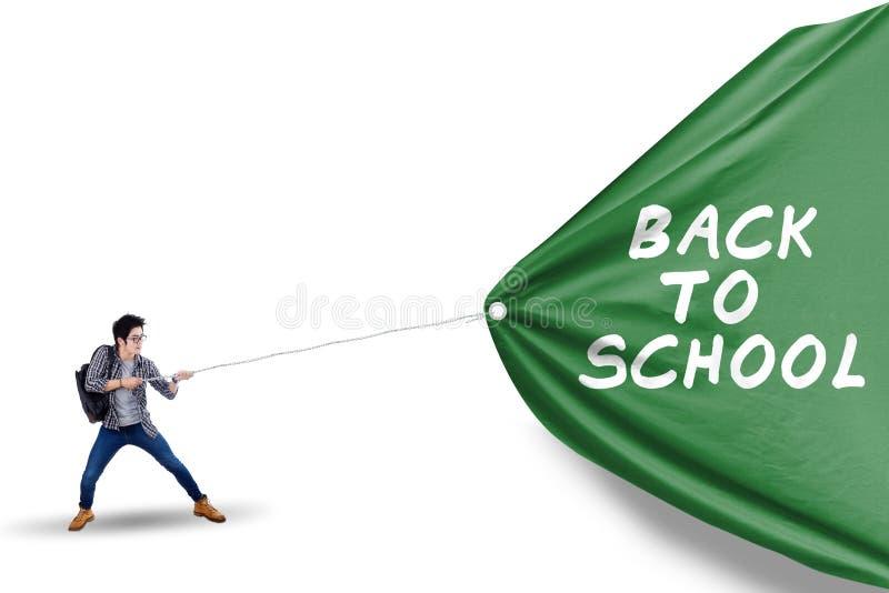 Mannelijke student die banner van terug naar school trekken royalty-vrije stock afbeeldingen