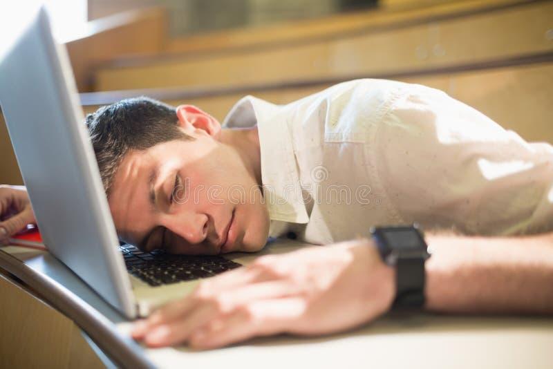 Mannelijke student die in slaap tijdens klasse vallen royalty-vrije stock afbeelding