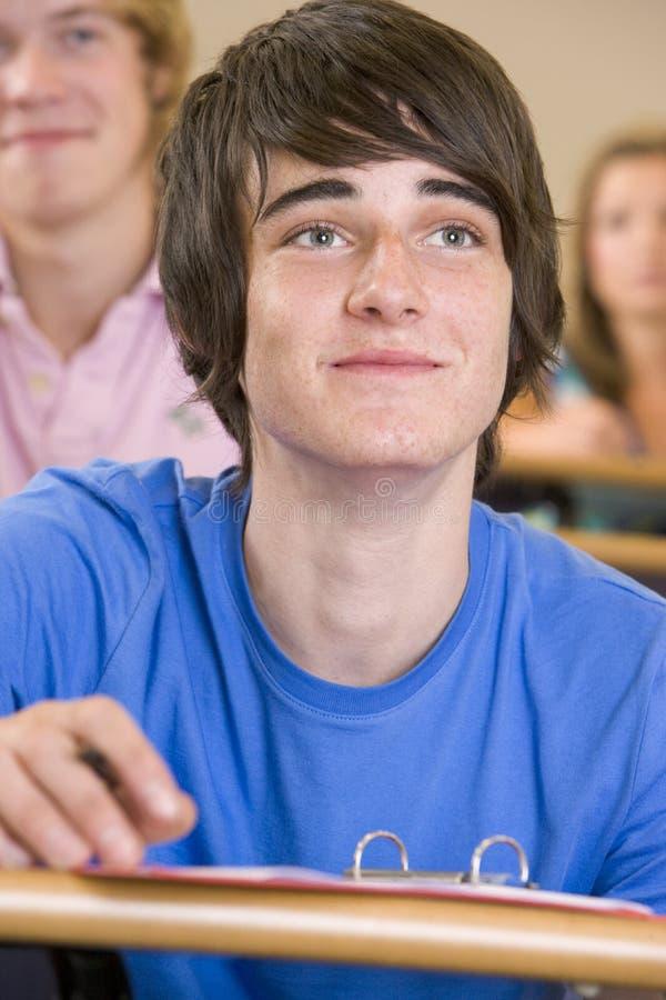 Mannelijke student in een universitaire lezingszaal stock afbeeldingen