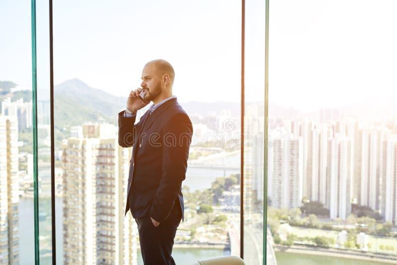 Mannelijke succesvolle CEO roept via celtelefoon aan zijn partner royalty-vrije stock fotografie