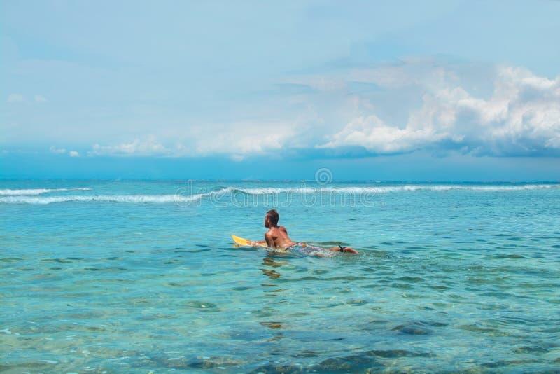 Mannelijke surfer die op de golf wachten stock afbeeldingen