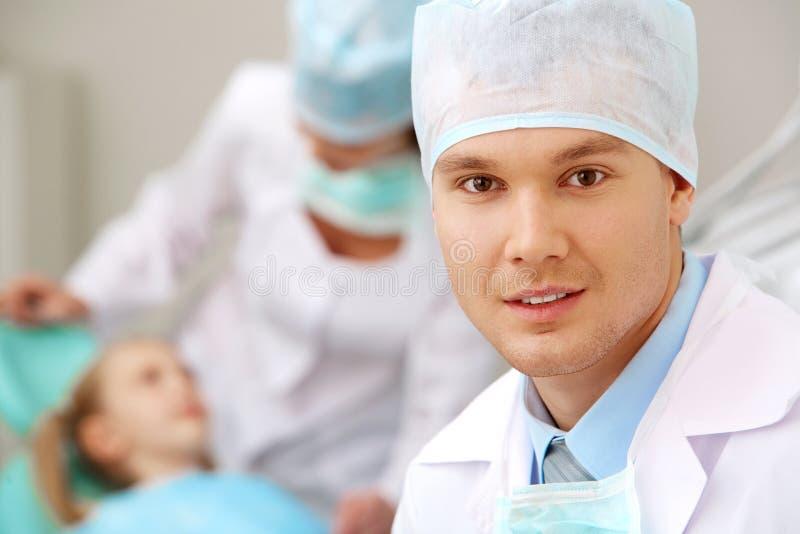 Mannelijke tandarts stock foto's