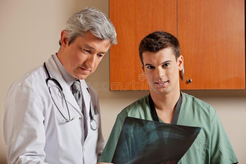 Mannelijke Technicus With Radiologist royalty-vrije stock afbeelding