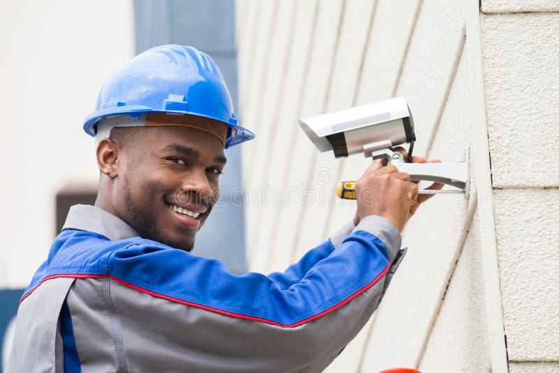 Mannelijke Technicus Repairing Camera stock foto's