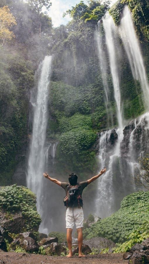 Mannelijke toerist die dichtbij waterval genieten van royalty-vrije stock fotografie