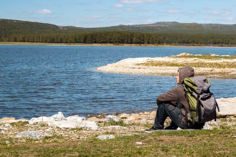 Mannelijke toerist met een wandelingsrugzak stock foto