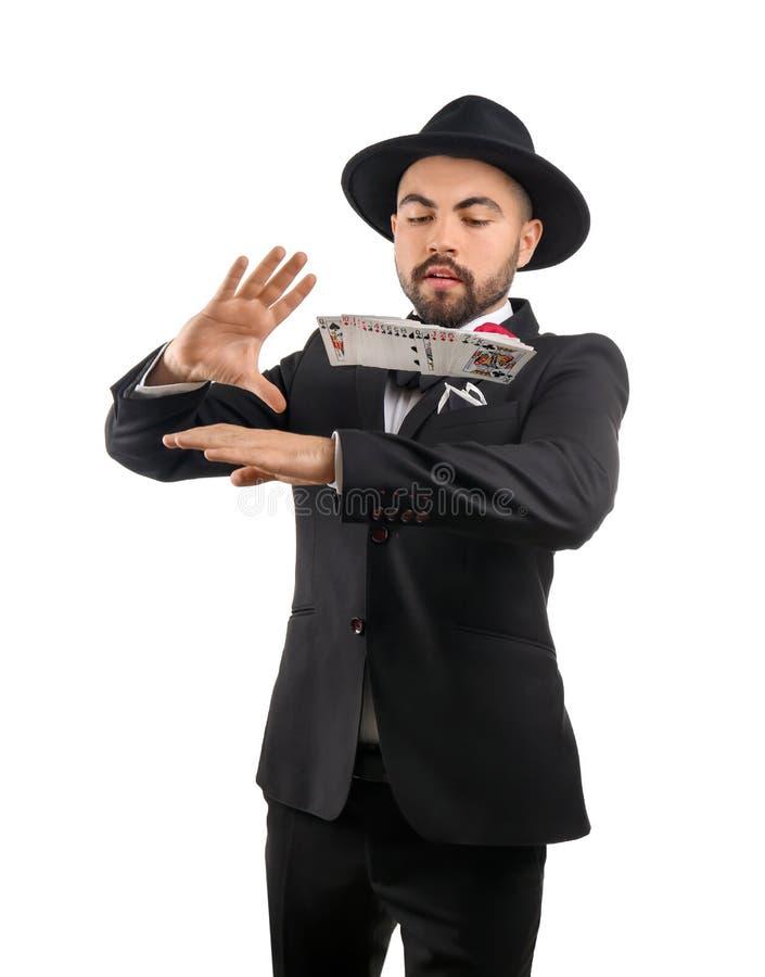 Mannelijke tovenaar die trucs met kaarten op witte achtergrond tonen royalty-vrije stock fotografie